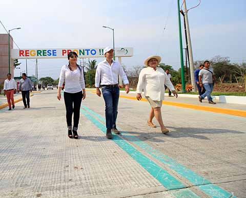 El mandatario estatal inauguró la nueva imagen urbana de la entrada principal del municipio de Jiquipilas y la pavimentación de un tramo carretero, con inversión cercana a los 19 millones de pesos.