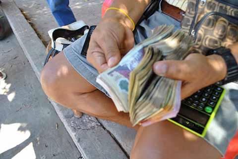 Turistas Denuncian Abusos de Presuntos Cambiadores de Papel Moneda en Talismán