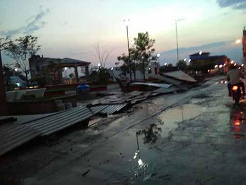 Se reportó la caída de árboles y algunos techos levantados.