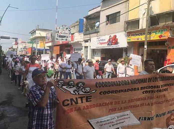 Maestros, estudiantes, padres de familia y representantes de organizaciones sociales, repudiaron los resultados de los cuerpos policíacos.