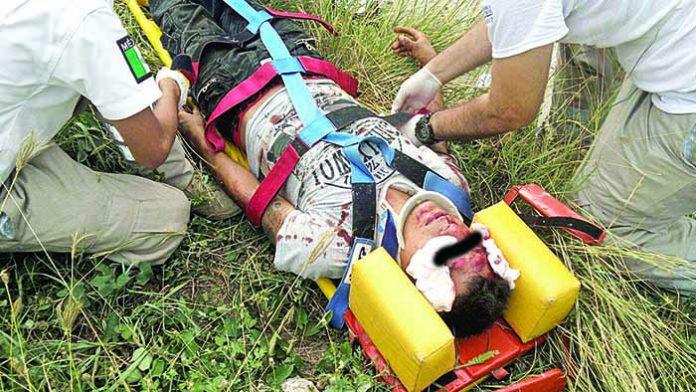 Motociclistas Accidentados al Impactarse Contra Camellón