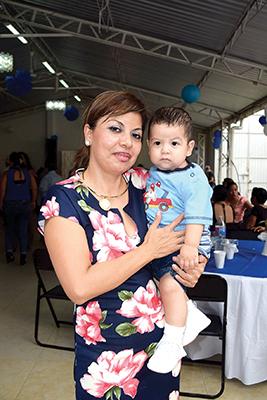Evelina Alvarado & el pequeño Mateo.