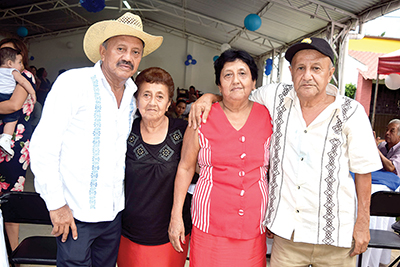 Pedro Alvarado con sus hermanos, Dorys, Edelmira, Ulises Alvarado.