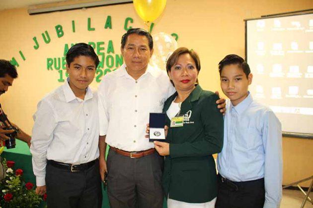 La gentil Andrea Rueda estuvo acompañada de su familia.