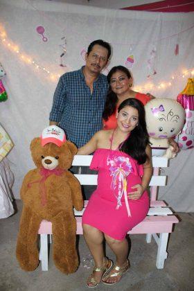 La feliz mamá en espera con los abuelos: Néstor García & Karla García.