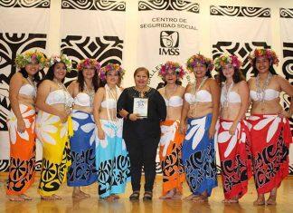 """La Directora del Ballet Polinesio """"Iolani"""" Niña Villarreal, recibió un reconocimiento de parte de sus ex alumnas que además de manera sorpresiva presentaron dos cuadros de baile."""