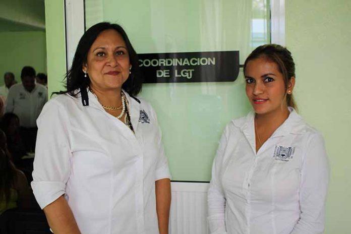 Patricia Donis, coordinadora de la Licenciatura en Gestión Turística; Mayeli Hernández.
