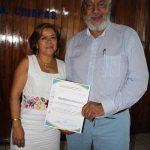 La Doctora Alma Leslie León Ayala, docente e investigadora de la UNACH, hizo estrega de reconocimiento al Doctor Arturo Pacheco por su participación como ponente.