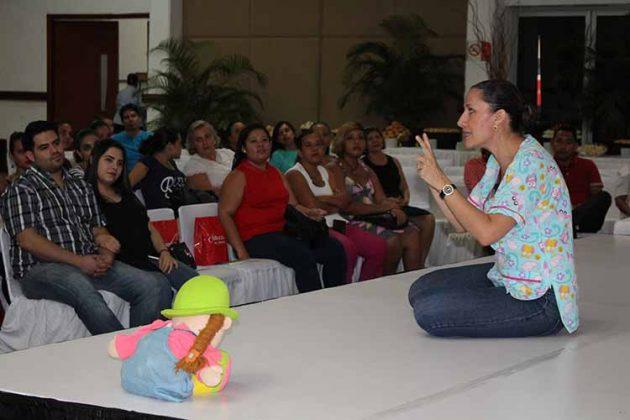 """María Rojas impartió el tema """" Estimulación Temprana""""."""