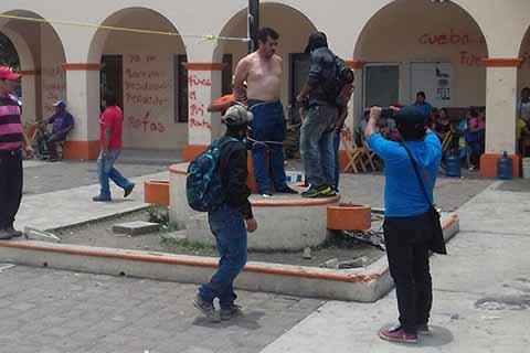 Detienen y Exhiben Semidesnudo a asesor del Alcalde de Frontera Comalapa, Chiapas
