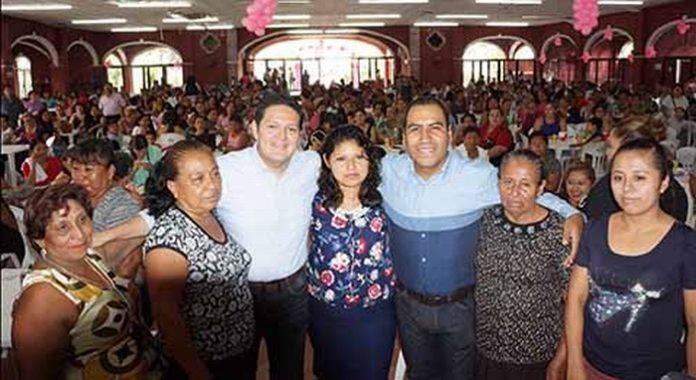 """En el marco del """"Día de las Madres"""", en las instalaciones del Lienzo Charro Antonio Monroy Coronado, los legisladores Eduardo Ramírez Aguilar y Enrique Zamora Morlet, refrendaron sus compromisos a favor de las mujeres."""