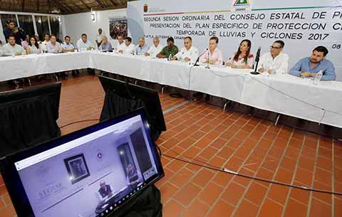 La temporada de lluvias y ciclones está por comenzar y se monitorea un fenómeno al sur de El Salvador, por ello la prevención es el primer paso para salvaguardar la vida de las y los chiapanecos en zonas de riesgo, destacó el gobernador.