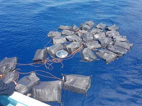Elementos de la marina Armada de México realizaron el aseguramiento de 35 bultos con cocaína que flotaban en el mar, dando un peso aproximado de 697 kilogramos. La droga fue trasladada a la 14 Zona Naval para su resguardo.