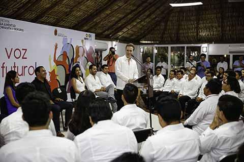 Se reúne gobernador Manuel Velasco Coello con integrantes del Parlamento Juvenil 2017, quienes presentaron ante las y los diputados de la LXVI Legislatura Local propuestas para enriquecer las leyes.
