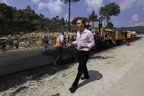 El mandatario estatal recorrió el tramo ubicado en el municipio de Amatenango del Valle, que incluye la ampliación de carriles de siete a 12 metros de ancho, donde un moderno sistema de reducción de velocidad sustituirá a los topes.