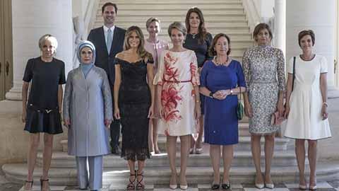 De izquierda a derecha: la primera dama francesa, Brigitte Trogneux; la primera dama turca, Emine Gulbaran Erdogan; la primera dama estadounidense, Melania Trump; la reina Matilde de Bélgica; la mujer del secretario general de la OTAN, Ingrid Schulerud; la mujer del presidente búlgaro Desislava Radeva; y la mujer del primer ministro belga, Amelie Derbaudrenghien.