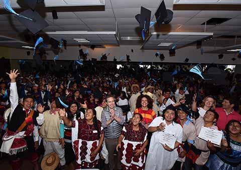 En 4 años de gobierno, se han entregado 142 mil becas a jóvenes s de todo el estado.