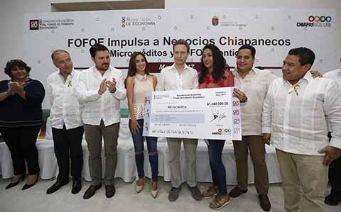 A través del Fondo de Fomento Económico, el mandatario estatal entregó más de 2 millones de pesos a comerciantes de diversos municipios, donde aseguró que Chiapas es un estado emprendedor que cree en el talento de su gente..