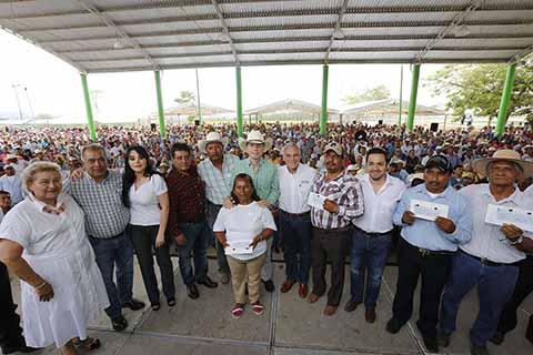 En gira por Jiquipilas, el mandatario estatal hizo entrega de 2 mil 570 cheques del Seguro Catastrófico.