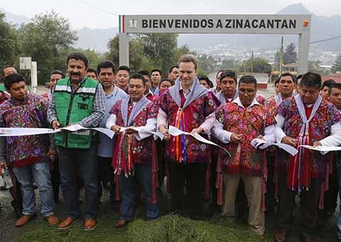 El Gobernador inauguró el tramo carretero de acceso al municipio de Zinacantán, obra que permitirá un traslado más seguro y en menos tiempo para beneficio de las mujeres artesanas, floricultores, ya que el municipio tiene un gran potencial turístico.