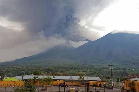 Al menos 300 personas fueron evacuadas luego de que el Volcán de Fuego, ubicado entre los departamentos de Escuintla, Chimaltenango y Sacatepéquez, hiciera erupción en la madrugada del viernes; Autoridades de Guatemala emitieron alerta naranja y mantienen monitoreado constantemente al coloso.