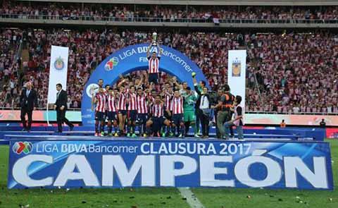 Las chivas rayadas del Guadalajara vencieron en el juego de vuelta 2-1 a los Tigres, con lo que consiguieron levantar su 12º trofeo como monarca del fútbol nacional. El equipo compuesto sólo por mexicanos, derrotó a la nómina más cara de la liga MX, que tiene en su plantel a varios extranjeros. Además, logró un histórico doblete al proclamarse campeón también de la Copa MX en Abril.