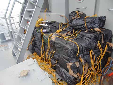 La droga fue descubierta flotando en alta mar, contabilizándose en total mil 200 kilos.