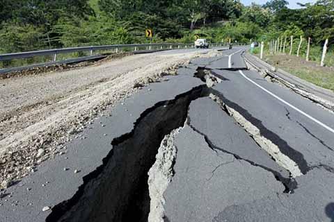 El fuerte e intenso sismo que despertó a la población a las 2:29 de la madrugada de ayer miércoles, colapsó la carretera en la zona baja de Suchiate; en tanto en otros puntos de municipios fronterizos, daños en viviendas y edificios.