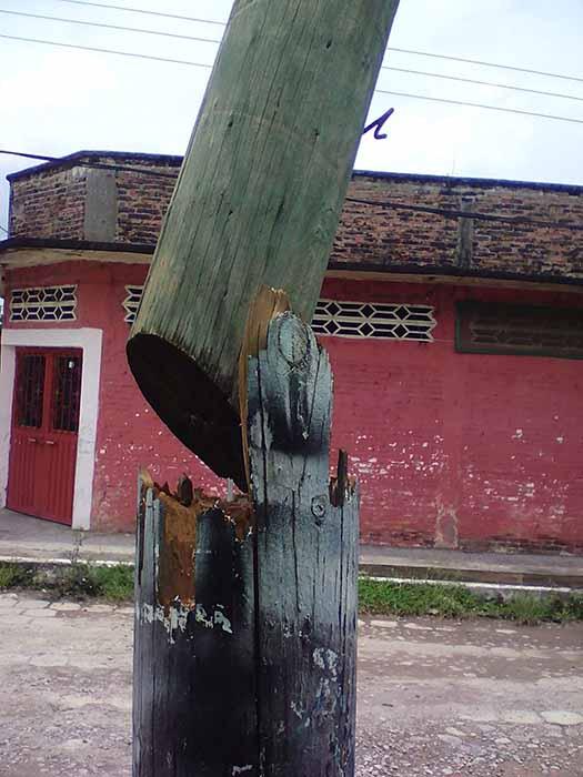 Poste de Madera de Telmex Puede Provocar Accidente