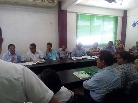 Miembros de la CANACO y representantes de los sectores productivos, protestaron ante el director del COAPATAP José Antonio Ovando, por el aumento descarado a las tarifas del vital líquido.