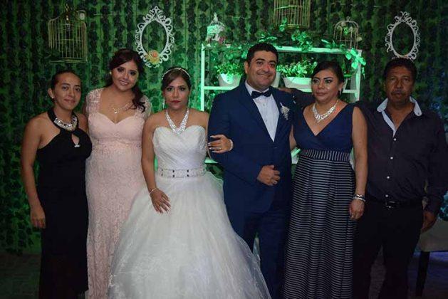 Gabriela Castañeda, Alicia Curiel, Laura Vera, César González con los novios.