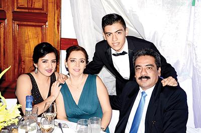 La foto con sus abuelitos José Cabrera e Isabel Sánchez de Cabrera.