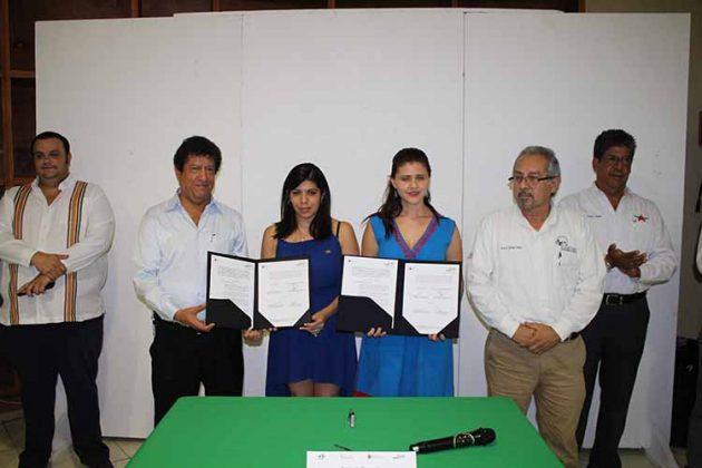 Víctor Anaya, Sandra García, de Multitransportes Internacionales; Esperanza Zepeda, Subsecretaria de Comercio.