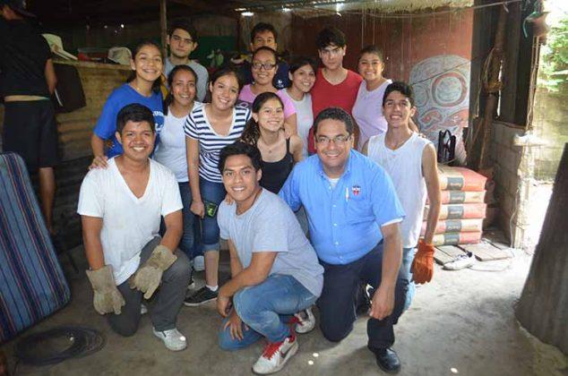 Alumnos que participaron en la remodelación de la vivienda en la colonia los Sauces.