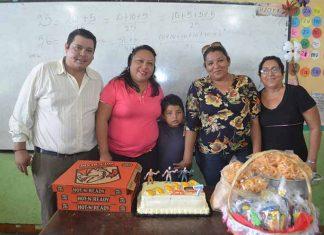 El cumpleañero acompañado de su tío Carlos Guzmán, la maestra Miriam Faviel, su mamá Claudia Guzmán y su abuelita Claudia Aquino