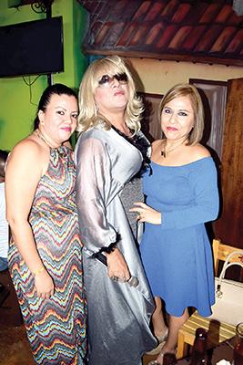 Fátima Alvarado y Mirna de Guevara disfrutando una tarde con el imitador y comediante Chemingo Show.