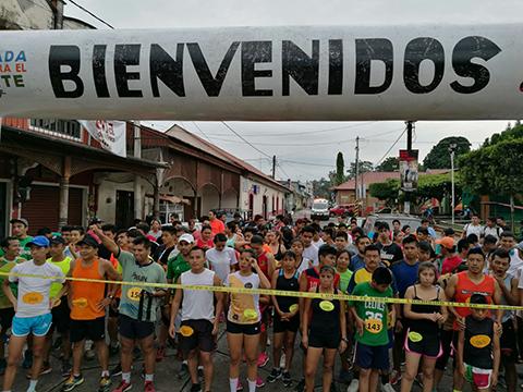 Decenas de Atletas Asisten a Carrera en Tuxtla Chico