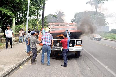 Camión de Redilas se Incendia en la Vía Pública
