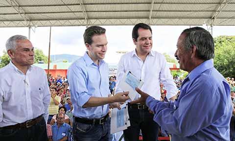 En Chiapa de Corzo, el Gobernador Manuel Velasco Coello entregó insumos, recursos económicos y certificados para el inicio de obras de infraestructura agrícola.