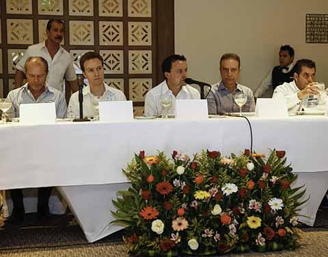 En reunión con empresarios, el Gobernador Manuel Velasco Coello y el Director General del IMSS Mikel Arriola Peñalosa, anuncian próxima construcción del nuevo hospital del IMSS en Tapachula