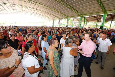 El Gobernador hizo entrega de apoyos económicos y alimentarios en Tuxtla Gutiérrez, Villaflores y Villa Corzo, donde aseguró que continuará recorriendo las colonias, barrios y comunidades para escuchar lo que la gente quiere.