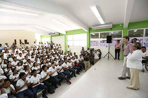 El mandatario estatal inauguró infraestructura educativa en el plantel 145 del Cobach, en Tuxtla Gutiérrez, agregando que la obra beneficia a mil 431 estudiantes.