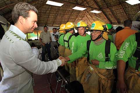 El gobernador Manuel Velasco destacó el trabajo coordinado entre autoridades federales, estatales y municipales, así como de los productores del campo para lograr los objetivos de preservación de la flora chiapaneca. Los felicita por el trabajo realizado durante la temporada de sequía.