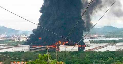 Desalojan 3 Mil Personas por Incendio en Refinería de PEMEX, en Salina Cruz