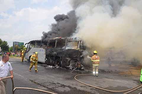 Reducido a chatarra quedó este autobús que trasladaba a 40 migrantes procedente del centro del país a Tapachula. Por fortuna todos resultaron ilesos.