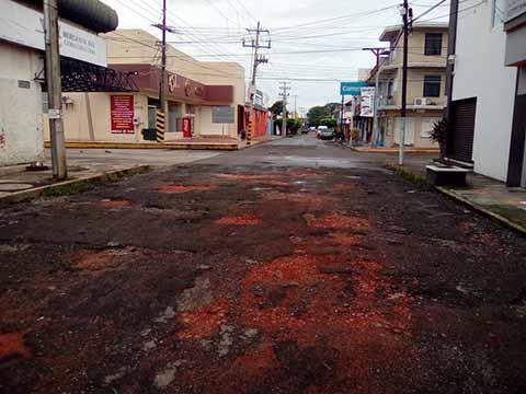 Ante el Nulo Bacheo, Población Rellena Agujeros con Escombro