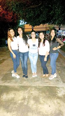 Mitzury festejando con sus amigas Delmy, Yajaira, Paola y Laura.
