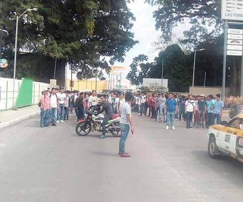 Universitarios Protestan en la Unidad Administrativa