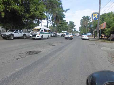 Reportan Peligrosos Baches Frente al Hospital Regional