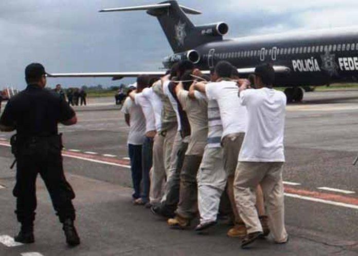En las últimas horas, varios reos de alta peligrosidad que purgaban condenas en Cd. Victoria, Tamaulipas, arribaron al Aeropuerto de Tapachula para ser recluidos en el CEFERESO 15, con sede en Villa Comaltitlán, la población teme que lleguen al Soconusco miembros de mafias y delincuencia organizada.